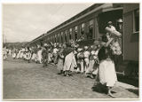 [Vendors selling goods to Ferrocarril Mexicano passengers]
